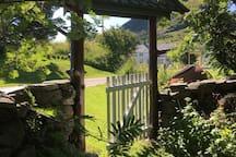 Port inn til hagen fra sør