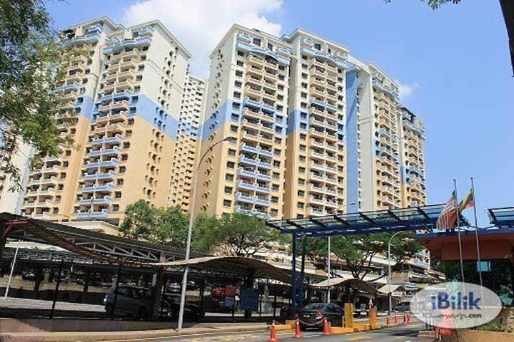 Private and homey condo near LRT station with WIFI