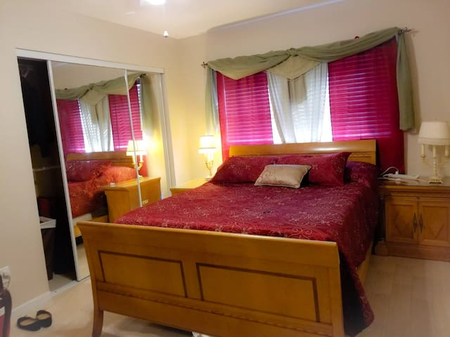 Cozy bedroom close  BB&T Center, airport & beaches
