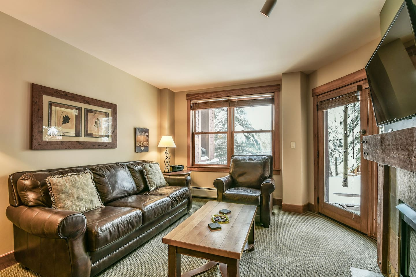 A big living room perfect for entertaining with a great view of the mountains