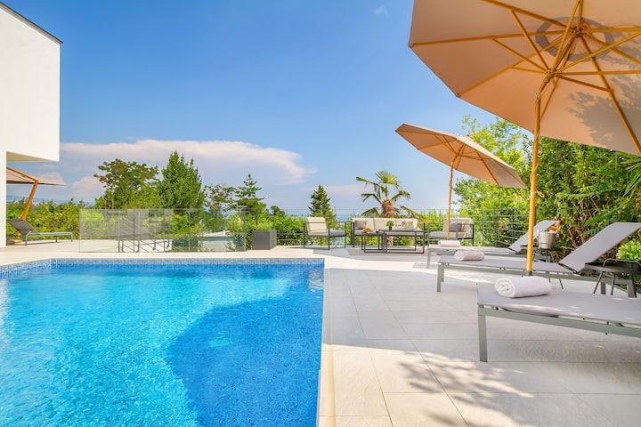 Villa Bardo, Opatija center, sea view, heated pool