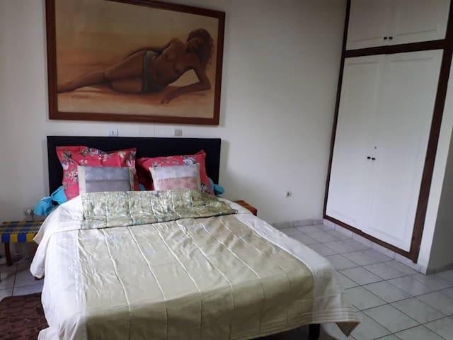 Chambre avec douche dans une superbe villa