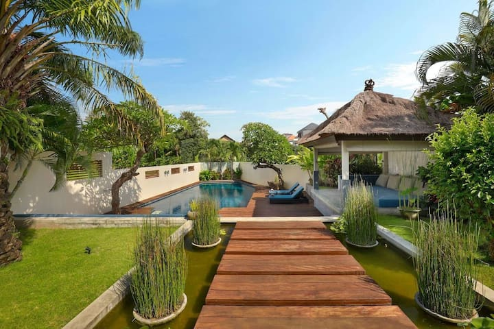 Tropical retreat from famous designer - 4 BDR