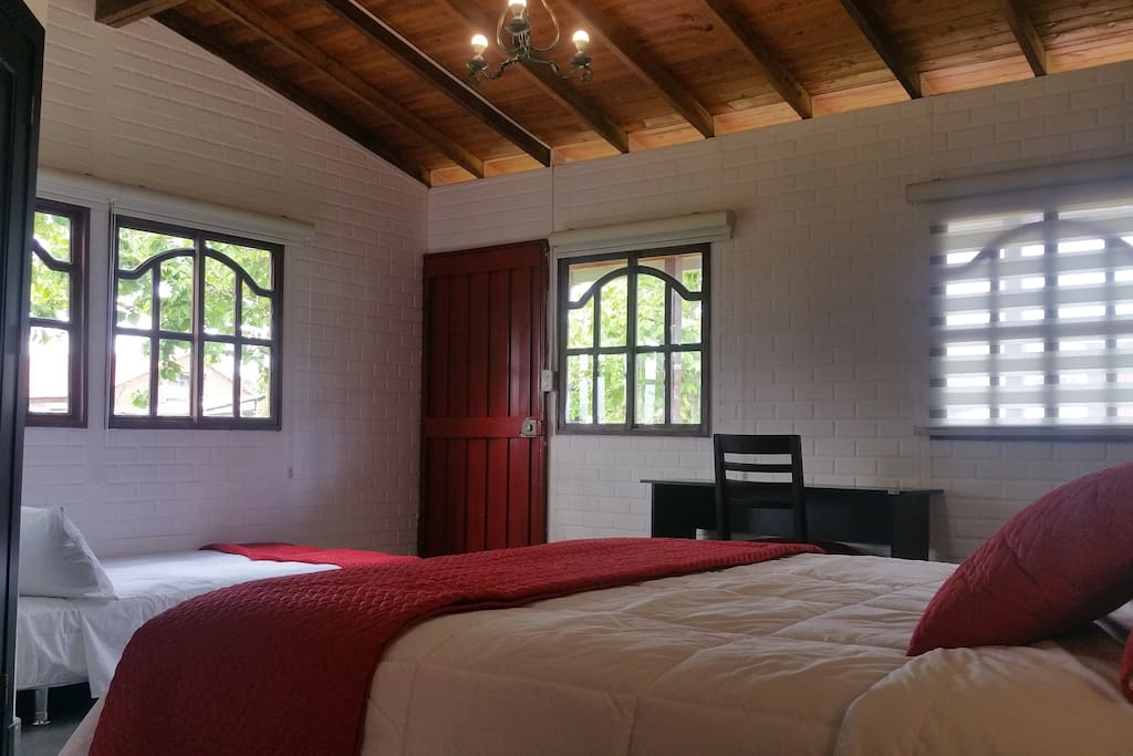 3 camas: 1 Queen size y dos individuales