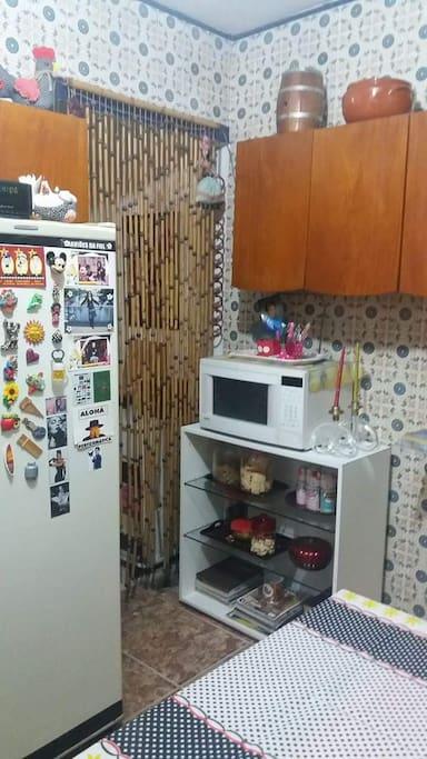 Cozinha completa, no estilo artesanal.
