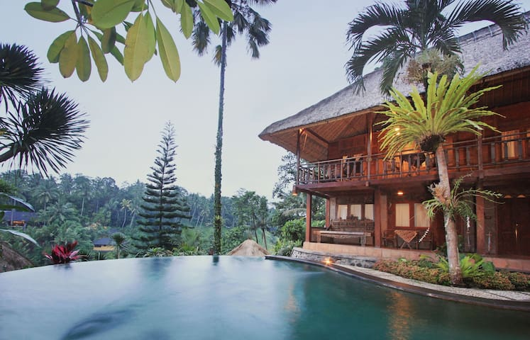 Natural Wood House with Jungle View - เทกัลลาลัง - บ้าน