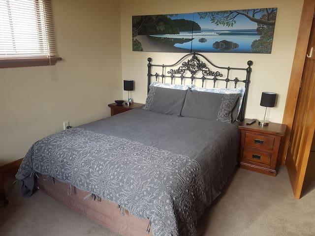Kiwi Bed & Breakfast ::   The Pohutakawa Room