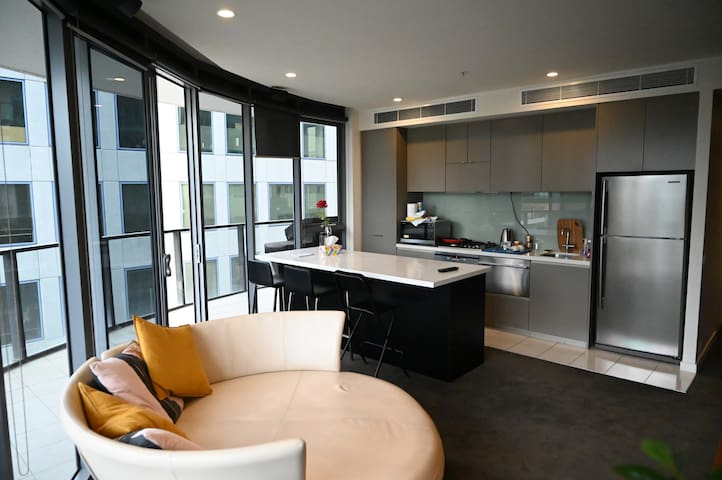 Albert Park City View Stylish 1 Bedroom Apartment