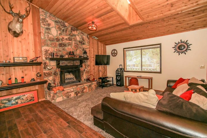 Pines & Needles Ultra Relaxing Central Fox Farm Retreat / Private Hot Tub
