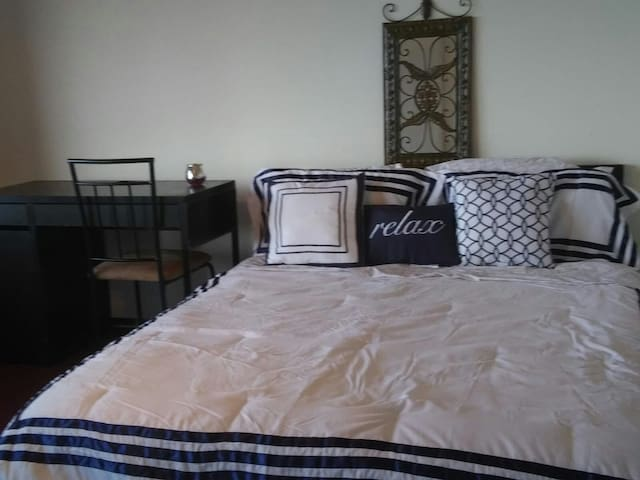 Affordable Room in Rosslyn.  Close to Metro