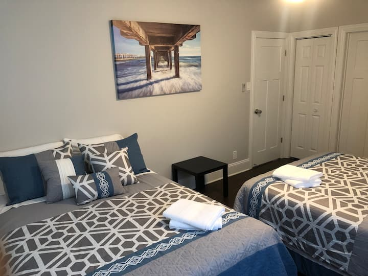 The Maywood Manor: Room 2 (2 Queen Beds, 4 Guests)