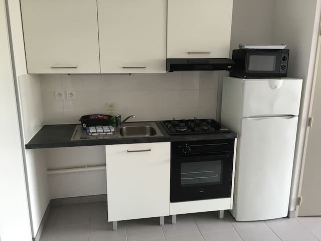 New flat near metro station in a residential area - Vénissieux - Apartamento