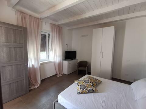 Camera matrimoniale+bagno in villa vicino al mare