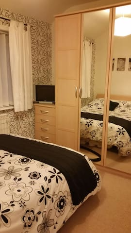 Cosy double bed - Swinton - อื่น ๆ