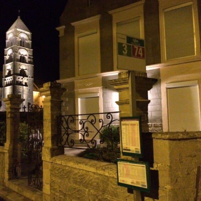 L'église et la maison la nuit                   Ou La maison et l'église la nuit