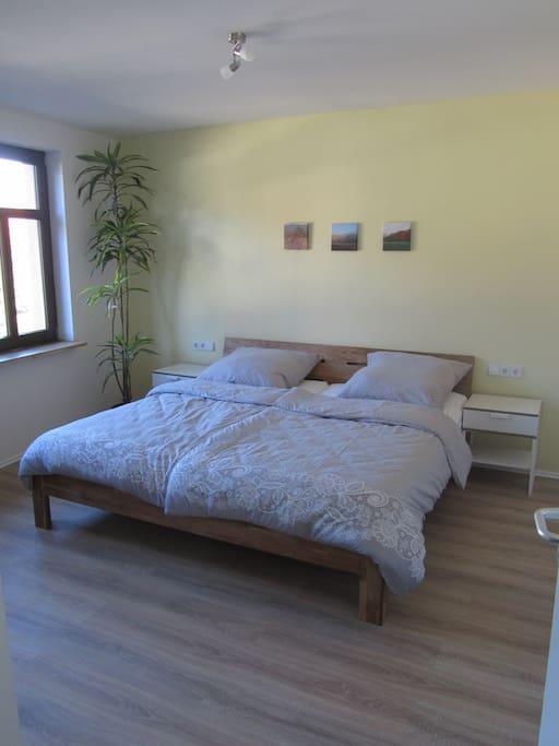 Das große Schlafzimmer, mit dem 2x2m Bett und Kleiderschrank.