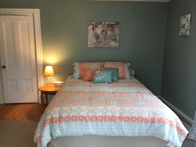 Sunny Spacious Rm. Close to Bangor/EMMC & UMaine