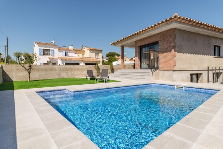 Margarita: Villa with swimming pool 500 meters from the beach