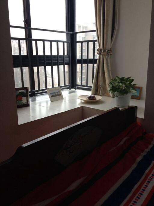 带一个可以看风景的飘窗. With a bay window.