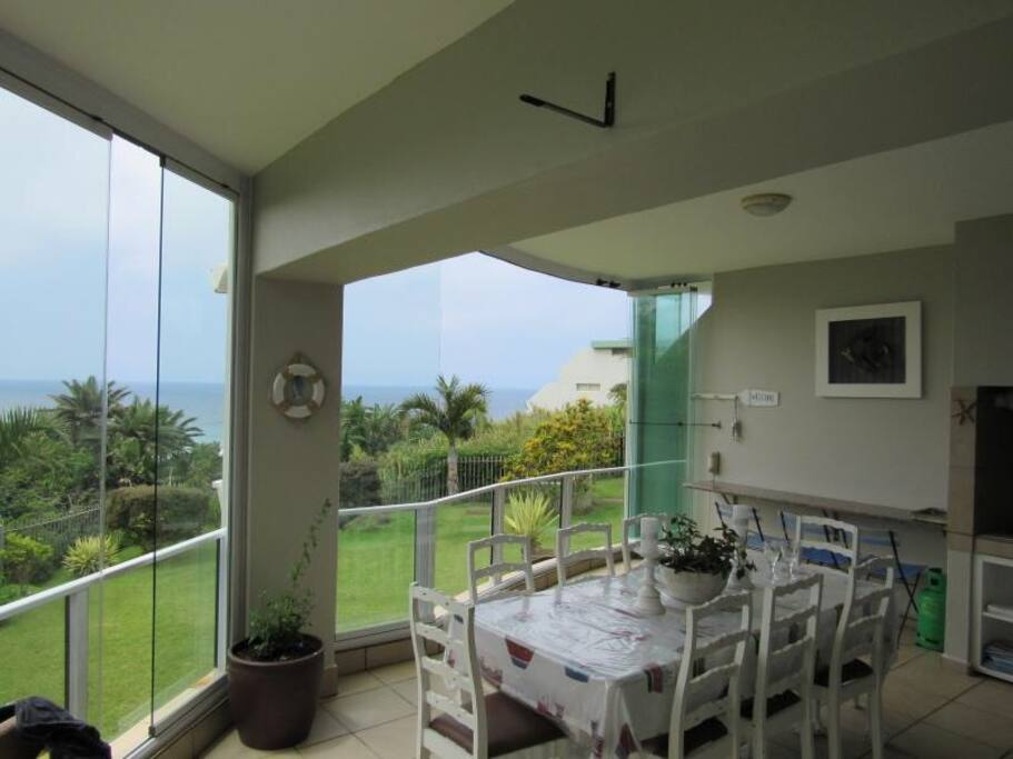 Gas braai, lovely entertainment area, whale watching, frameless windows are able to close on bad weather days
