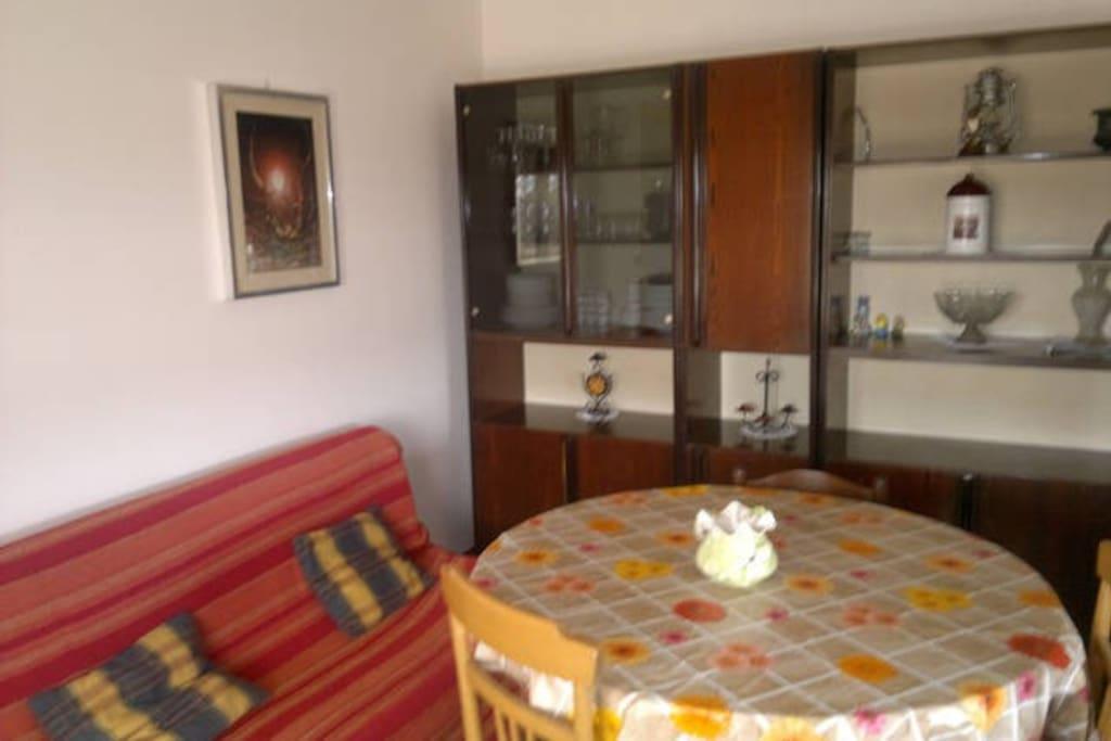 Sala, con divano letto e TV Dining room