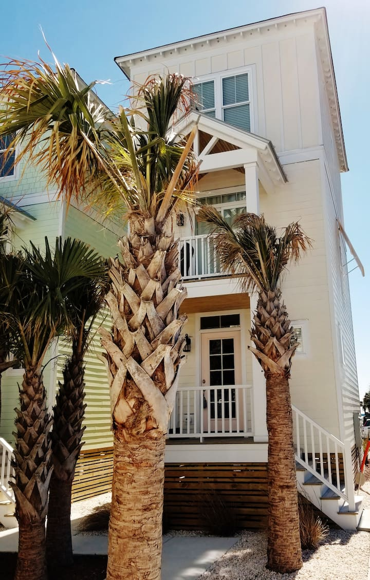 IMMACULATE OCEAN VIEW 3 BED STEPS FROM BEACH  POOL