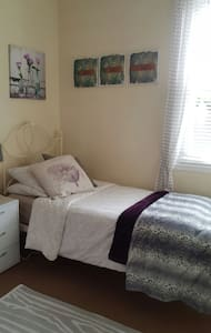 Cosy room in a 4 bedroom house - Dalkeith - Lejlighed