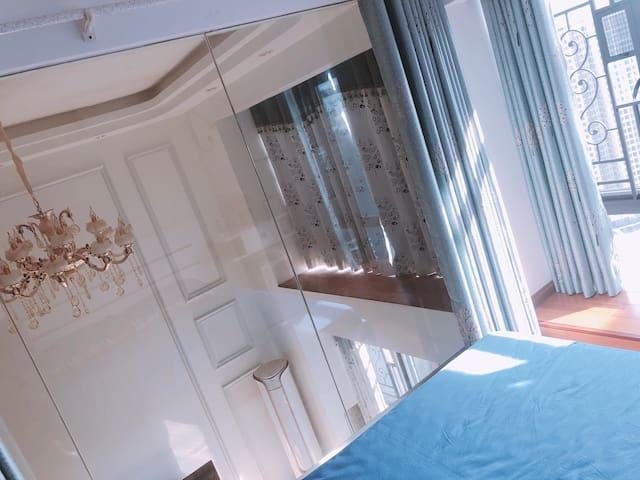 二楼阳光充沛落地窗大床房