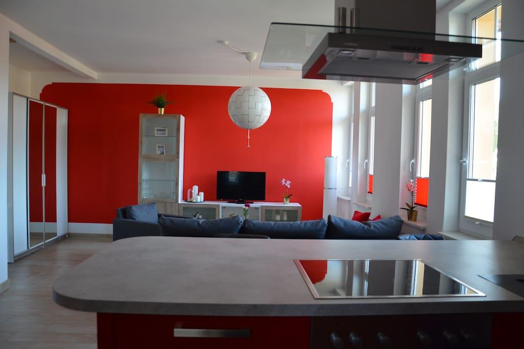 Blick aus der Wohnküche in das Wohnzimmer