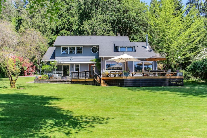 Dog-friendly bayfront home perfect for a relaxing isolated getaway!