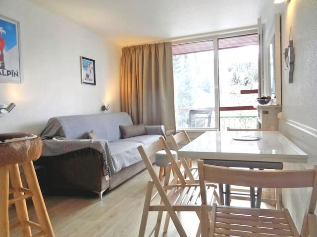 Bright studio, fully renovated for 5 guests, ski in ski out and close to the shops in Le Charvet village in Arc 1800