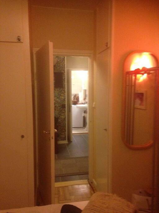 Toalett nära rummet.