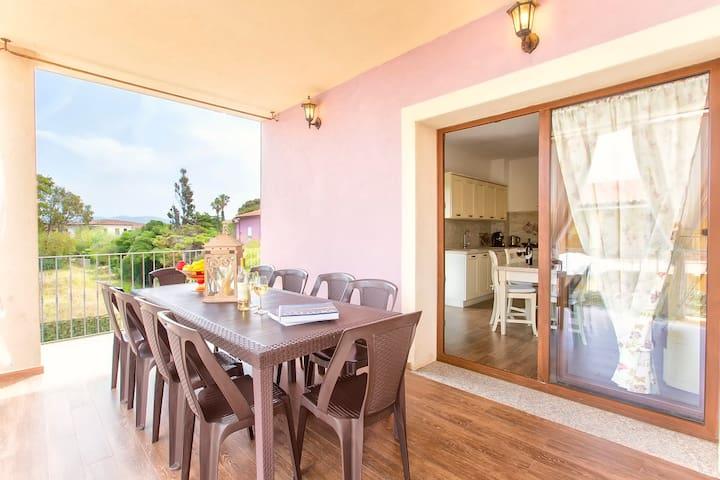 terrazza con  tavolo 10 posti , comunicante con la cucina.