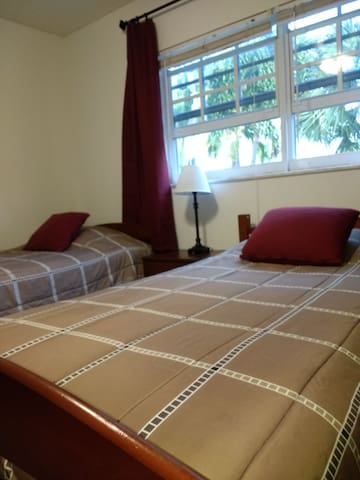 2 BEDS OR 1 KING 3/4m To Beaches. OWN DOOR/BATH R1