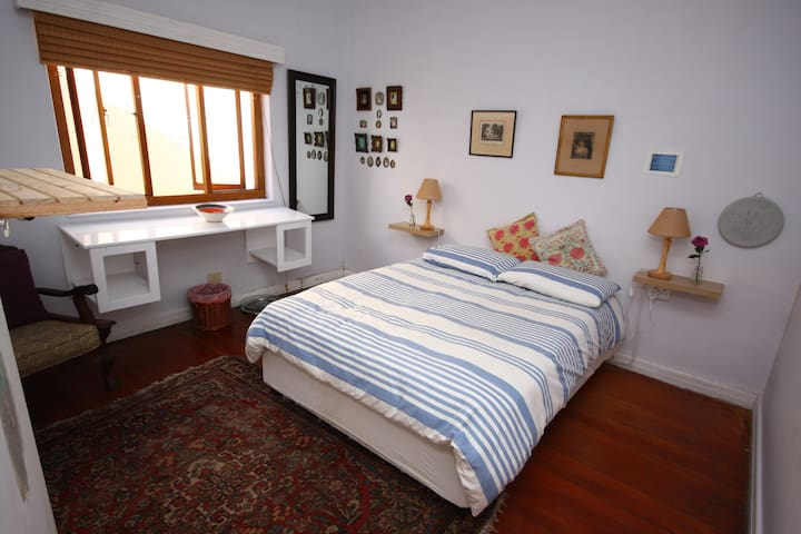 Bright, trendy double bedroom in central 'hood - Kapstaden - Hus