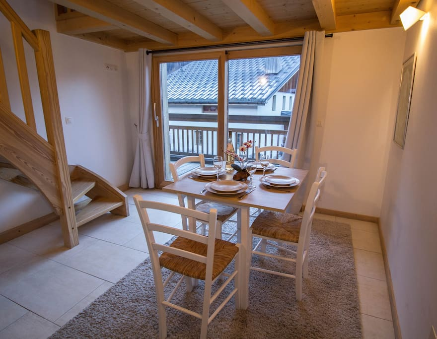 Dining table for 4. Access to balcony.