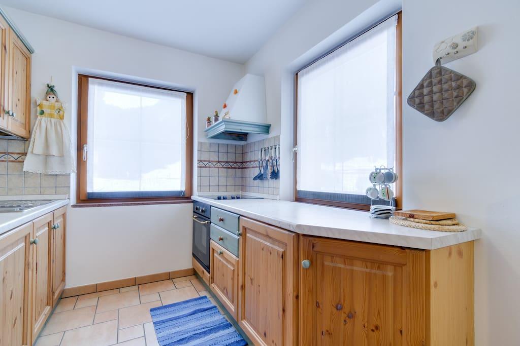 angolo cottura completo di: lavastoviglie, forno, microonde,  piccoli elettrodomestici.
