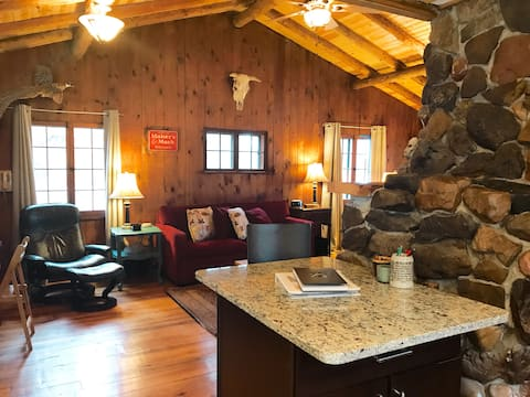 Cozy, historic Log cabin on Tainter Lake