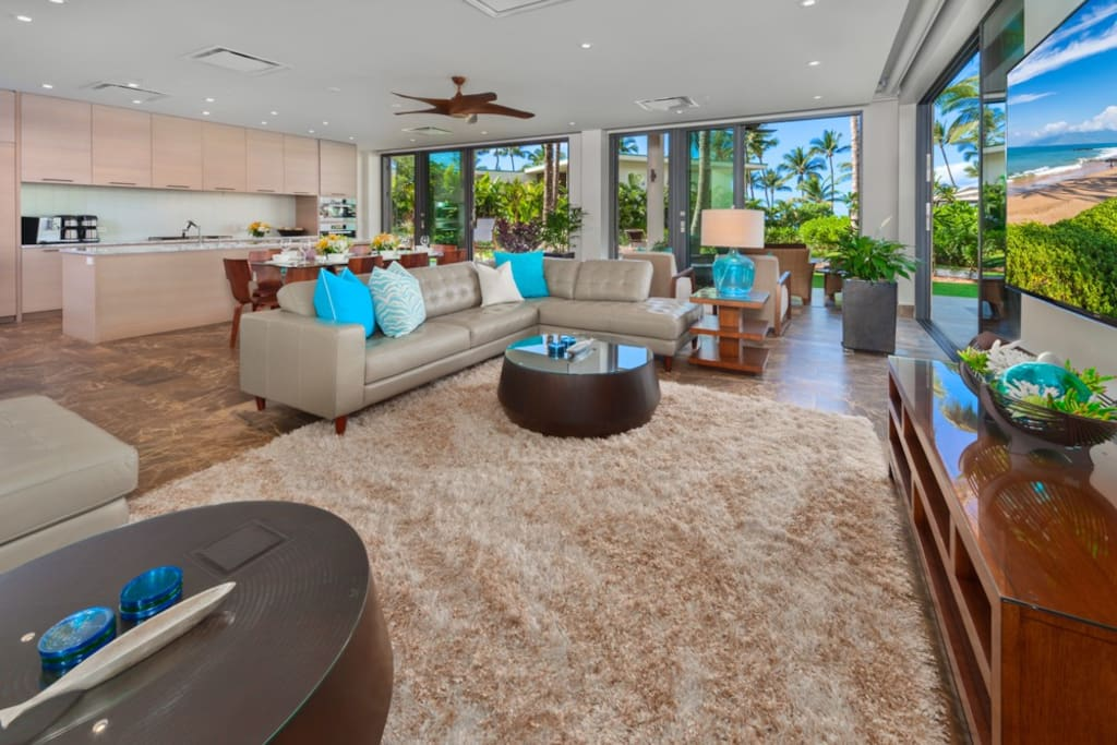 Spacious Dining and Living Space w/ Leather Sofas