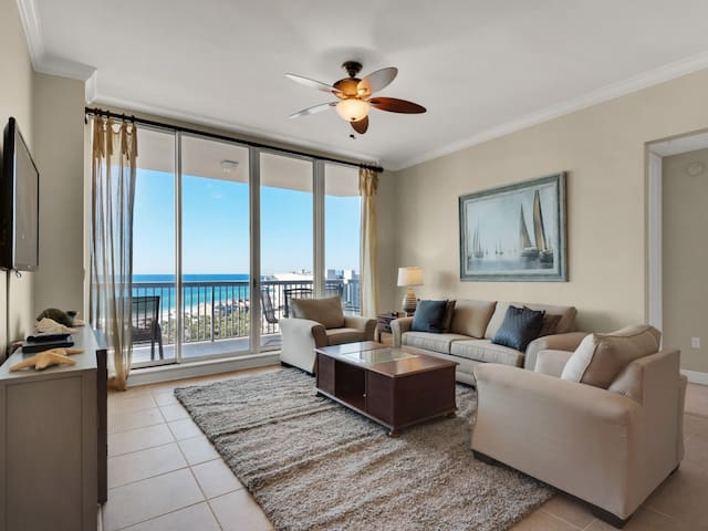Gorgeous Penthouse, Outdoor pool, Beach chairs and umbrella included, Beach-front