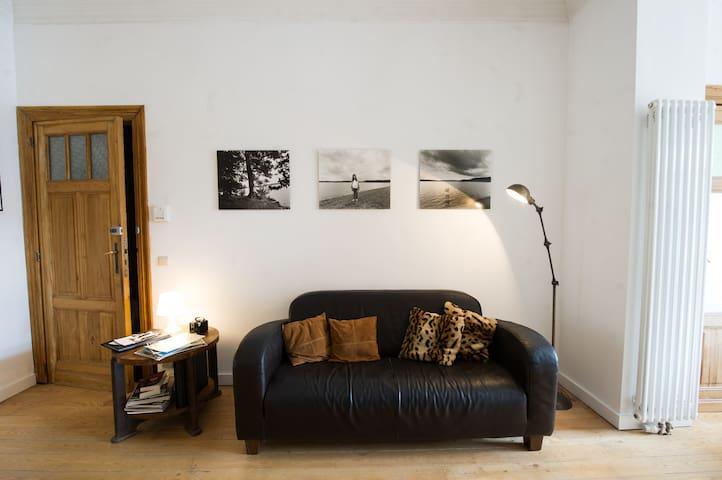 Coin salon cosy avec canapés et poufs