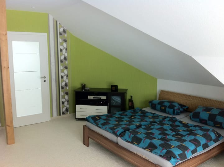 Gästezimmer mit Couch sowie ein modernes Bad