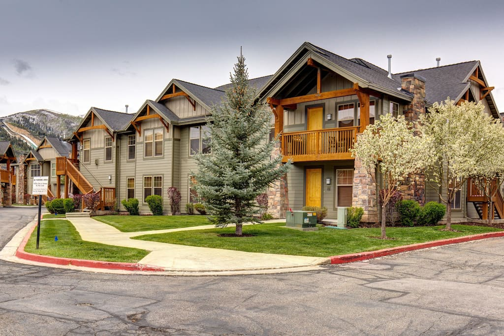 Conveniently located on the Park City bus route, with a stop just steps away, you can easily get to area attractions.