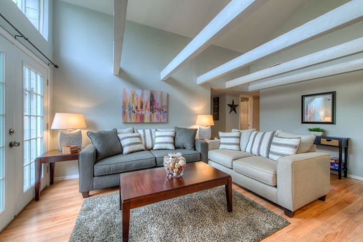 nestled in privacy mins to downtown - Austin - Apto. en complejo residencial