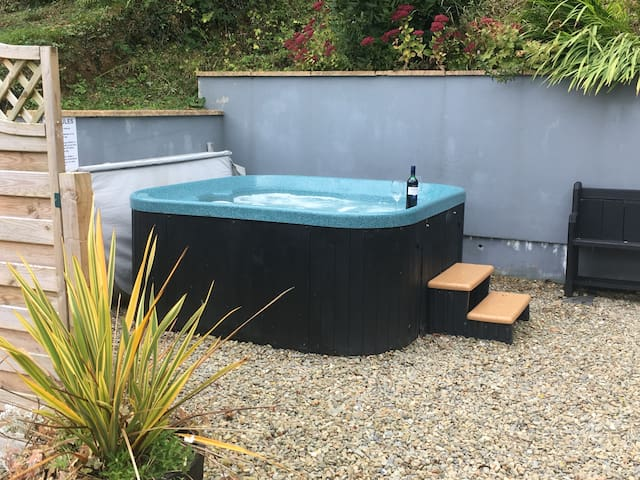 Cosy Retreat with relaxing hottub and bikes!
