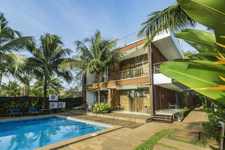Room with a pool, next to Candolim Beach/67660