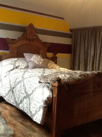 Victorian Bedroom with Shared Private Suite - Brockville