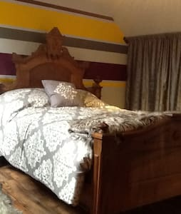 Victorian Bedroom with Shared Private Suite - Brockville - Hus