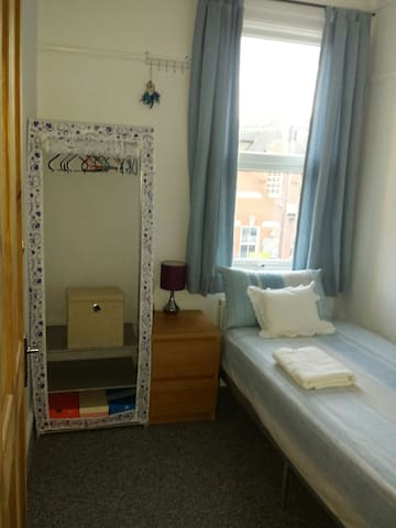 Cozy Single room, 30 mins to centre *Women only* - Londra