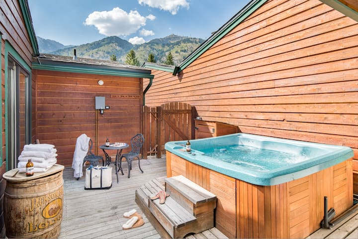 Outpost: Eagles Rest 2 - Renovated, Private HotTub
